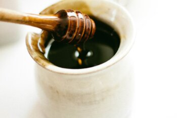 น้ำผึ้ง ควรทานเท่าไหร่ถึงจะพอดี และโทษของการรับประทานน้ำผึ้งมากเกินไป